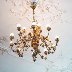 The Difference Between Pendant Lights & Chandeliers